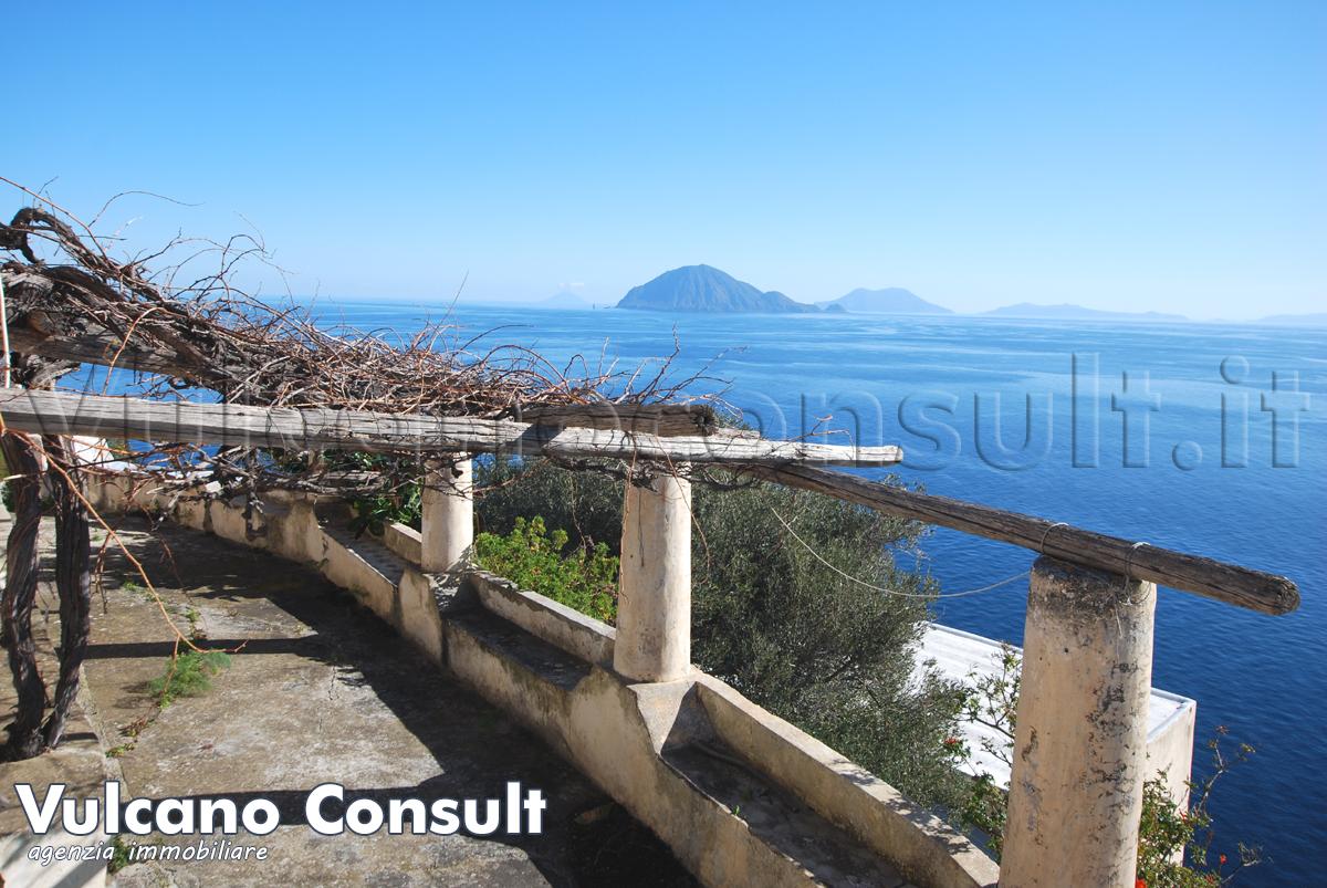 Vendesi casa tipica Eoliana ad Alicudi con vista a 180 gradi sul mare