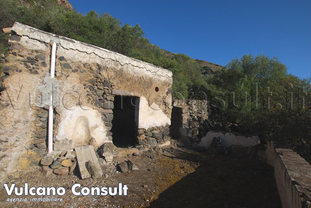 Vendesi Bazzina Alta isola di Alicudi vecchio fabbricato con grotte