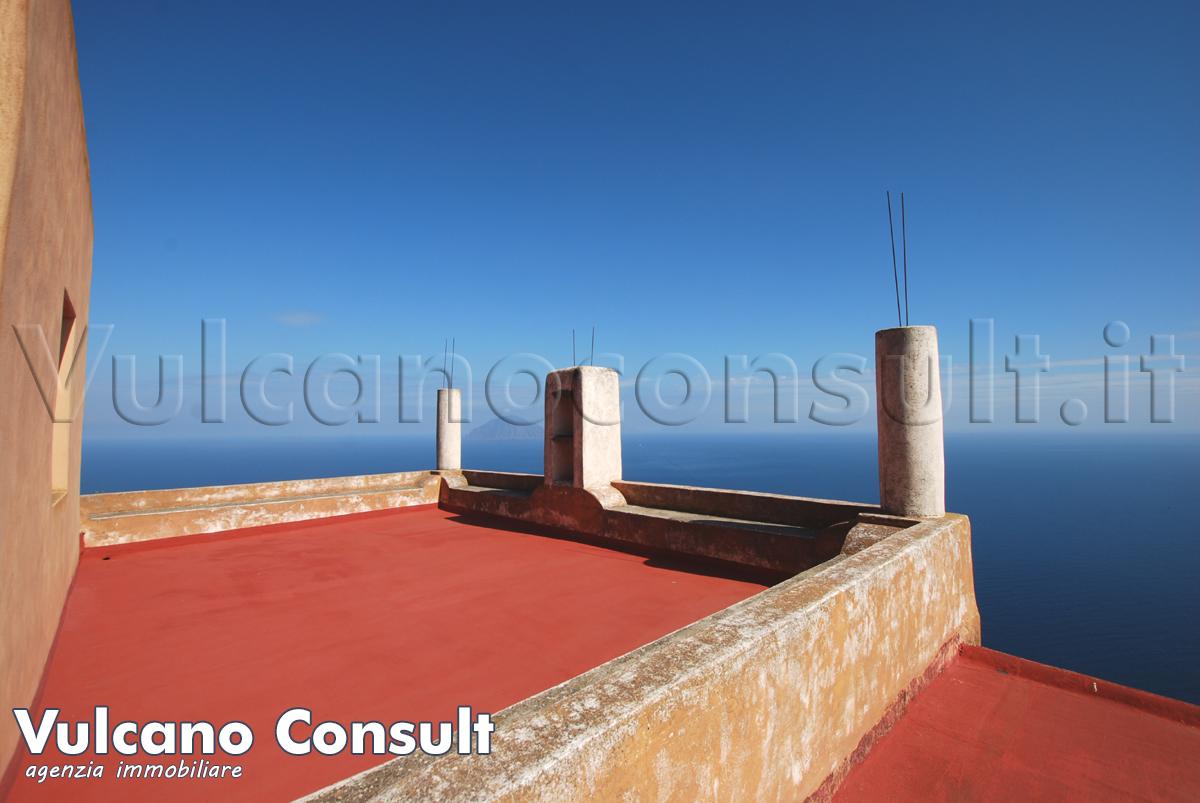 Vendesi Alicudi Pianicello casa panoramica su due livelli