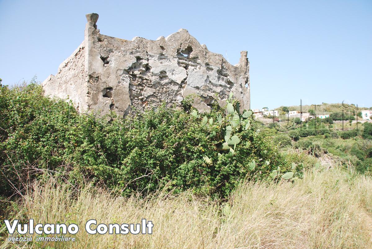 Grande proprieta con ruderi e terreno Lipari