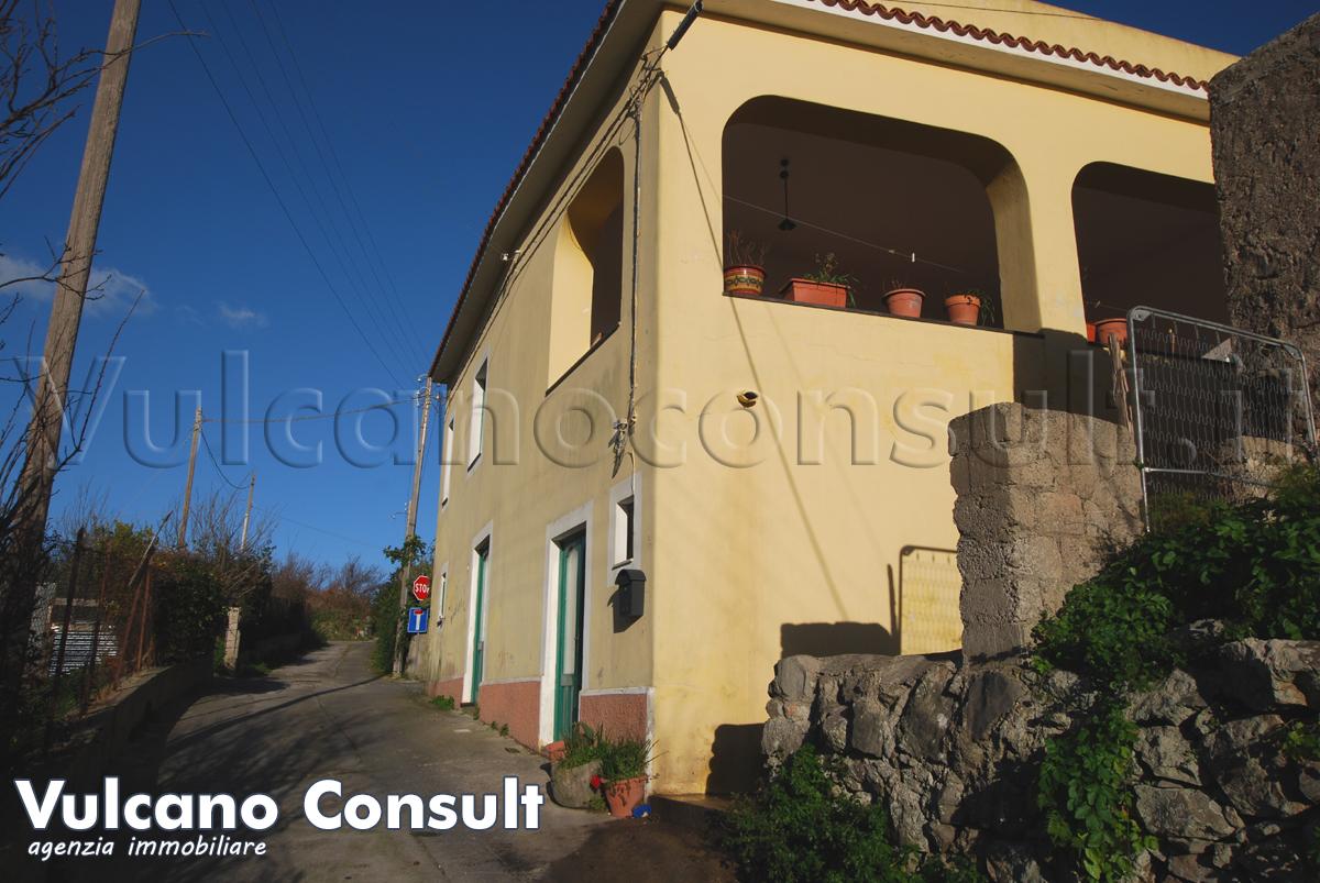 Vendesi a Lipari Pirrera grande casa su due livelli con portico