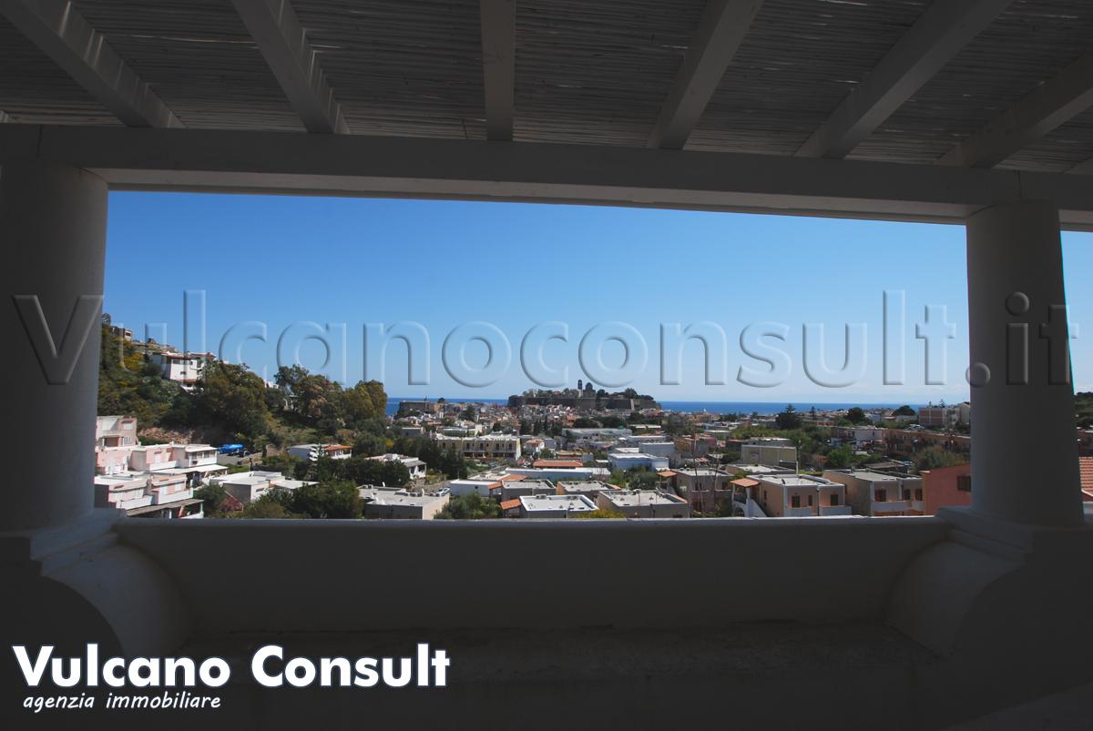 Vendesi bilocali panoramici con terrazzo a Lipari centro
