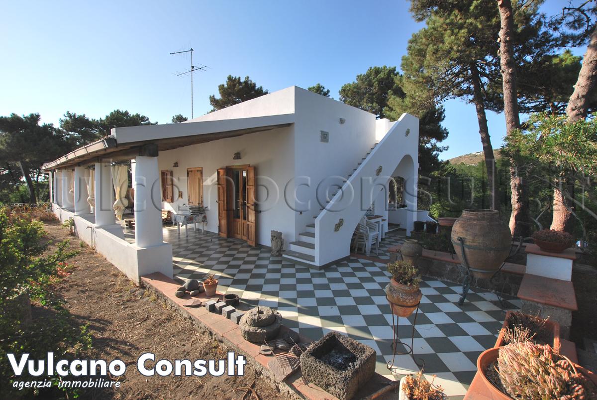 Vendesi casa indipendente a Lipari Quattropani con terreno e pineta
