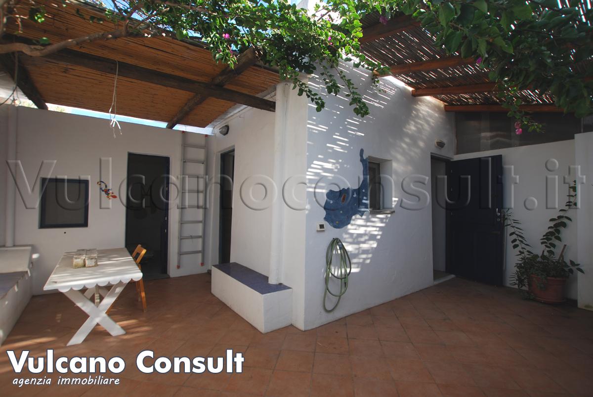 Vendesi casetta con terrazzo  in vendita a Stromboli